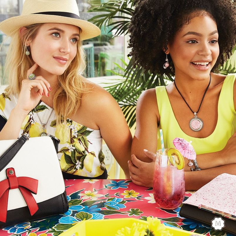 Get ready for summer with fabulous accessories to freshen up your look. Jewelry with interchangeable snaps, handbags with interchangeable flaps and wraparound covers, statement bar pendants and much more. MyStyleInASnap.com